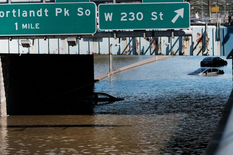 Des voitures sont abandonnées sur une autoroute inondée dans le Bronx après une nuit de vent violent et de pluie provenant des restes de l'ouragan Ida le 2 septembre 2021 à New York.