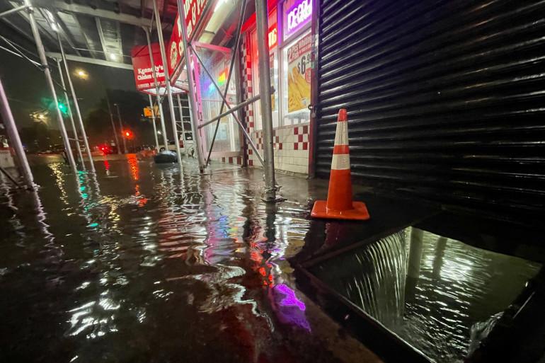 Les pluies de l'ouragan Ida ont inondé le sous-sol d'un restaurant de restauration rapide Kennedy Fried Chicken le 1er septembre 2021, dans le quartier du Bronx à New York.