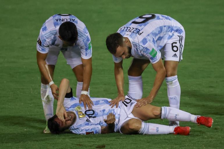 Lionel Messi entouré de Marcos Acuna et German Pezzella le 3 septembre 2021 à Caracas