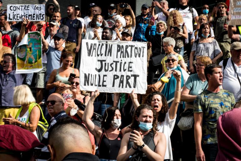Plusieurs milliers de personnes ont manifesté à Paris samedi 4 septembre contre l'obligation vaccinale et le passe sanitaire.