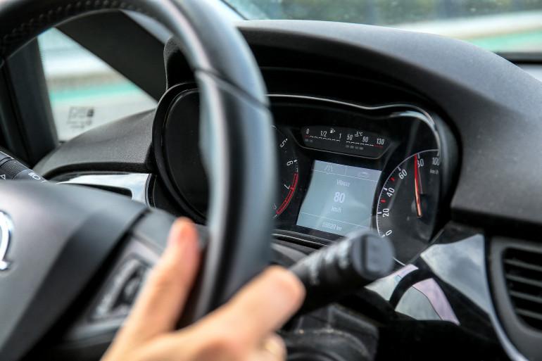 Le compteur de vitesse d'une voiture (image d'illustration)