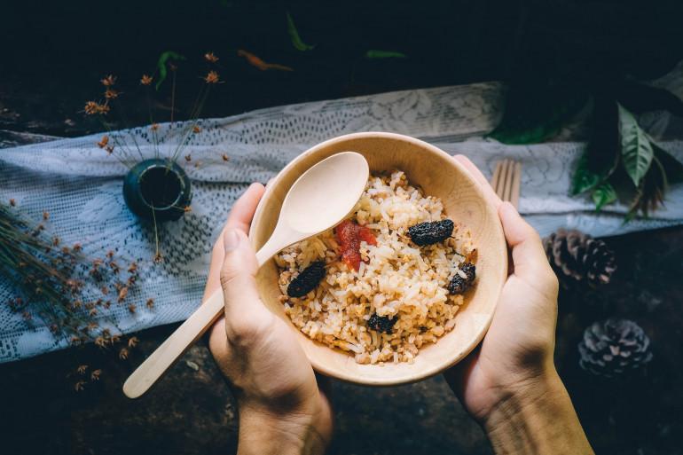 Un bol de riz aux légumes (image d'illustration)