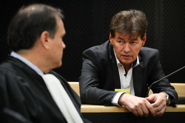 L'ancien homme politique belge Bernard Wesphael (à droite) s'entretient avec son avocat Jean-Philippe Mayence au début du onzième jour de son procès devant la cour d'assises de la province de Hainaut à Mons le 5 octobre 2016.