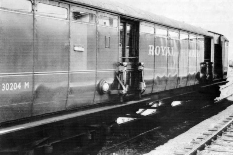Photo datée du 09 août 1963 des deux wagons du train postal Glasgow-Londres interceptés sur le pont de Bridego, à Cheddington