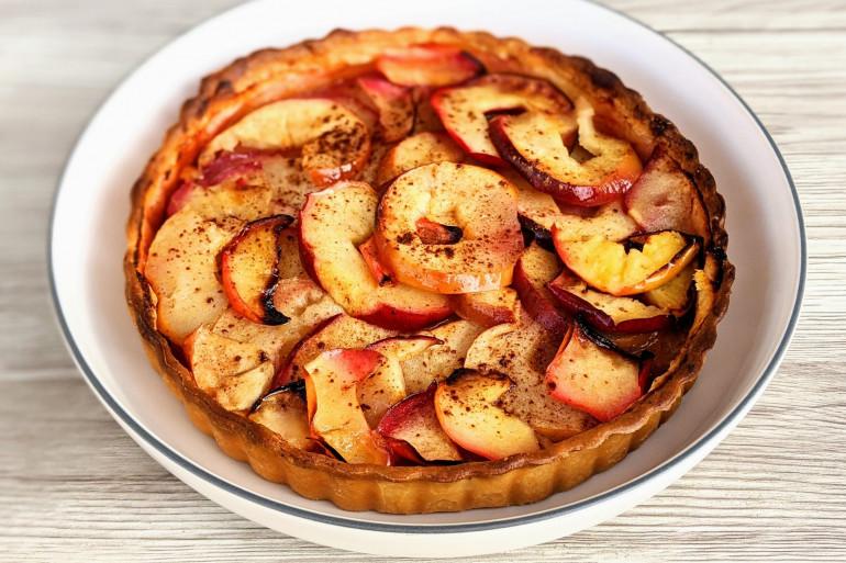 Apprenez les secrets pour une tarte fine aux pommes et aux bananes