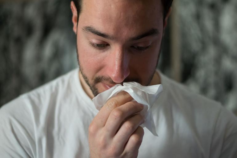 Une personne souffrant d'un gros rhume (image d'illustration)