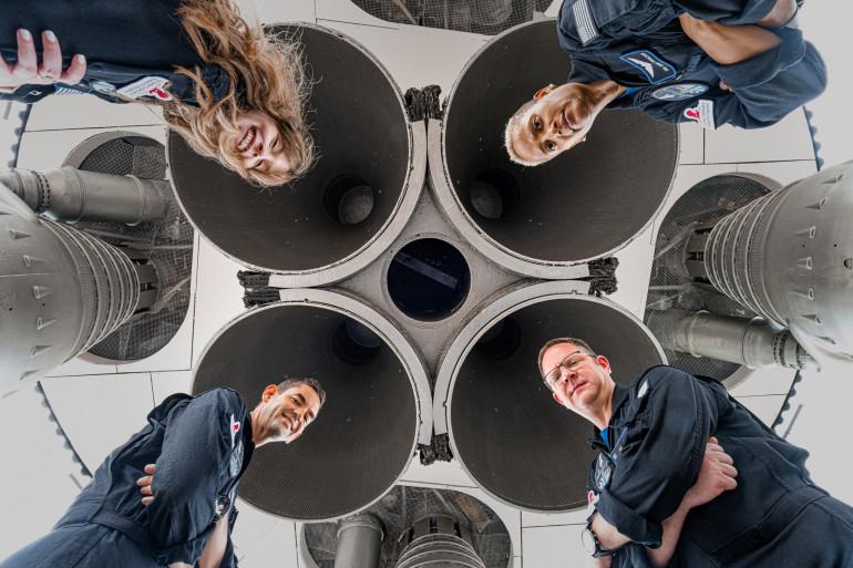 Une fusée SpaceX doit propulser quatre passagers pour passer trois jours dans l'espace, une mission très ambitieuse qui sera la première de l'Histoire à n'envoyer sur orbite que des novices complets, sans aucun astronaute professionnel.