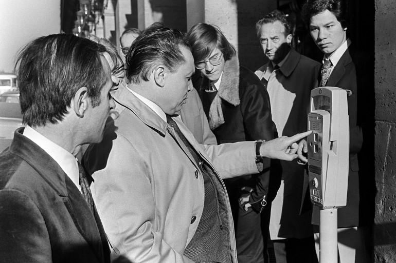 Des Parisiens se familiarisent avec les parcmètres, le 06 octobre 1971. Le stationnement payant a été instauré dans la capitale le 1er juillet précédent.