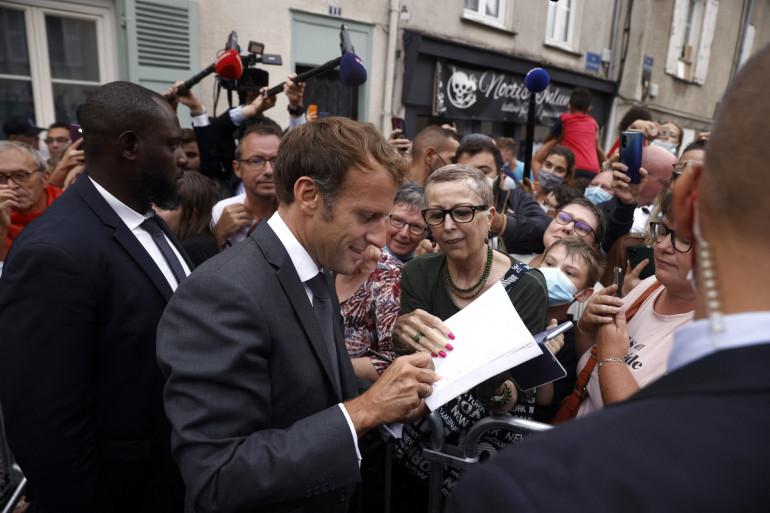 Le chef de l'État échangeant avec des Français sur la situation sanitaire