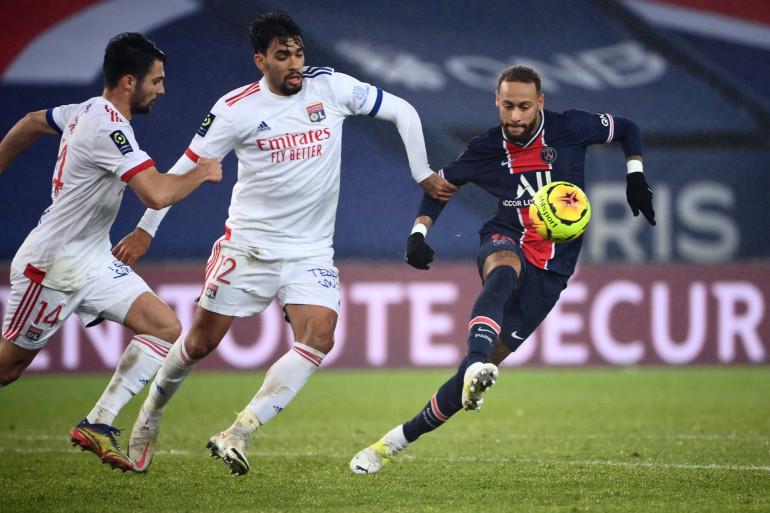 Neymar avec le PSG au Parc des Princes face aux Lyonnais Lucas Paqueta et Léo Dubois le 13 décembre 2020