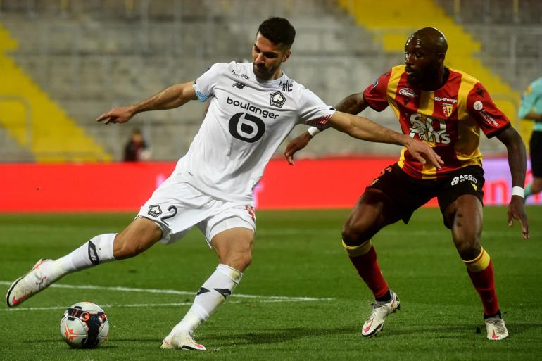 Le défenseur lillois Zeki Celik au duel face à Seko Fofana, le 7 mai 2021