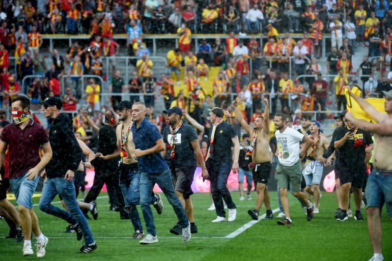 Des supporters lensois ont pénétré sur la pelouse de Bollaert à la mi-temps de Lens-Lille