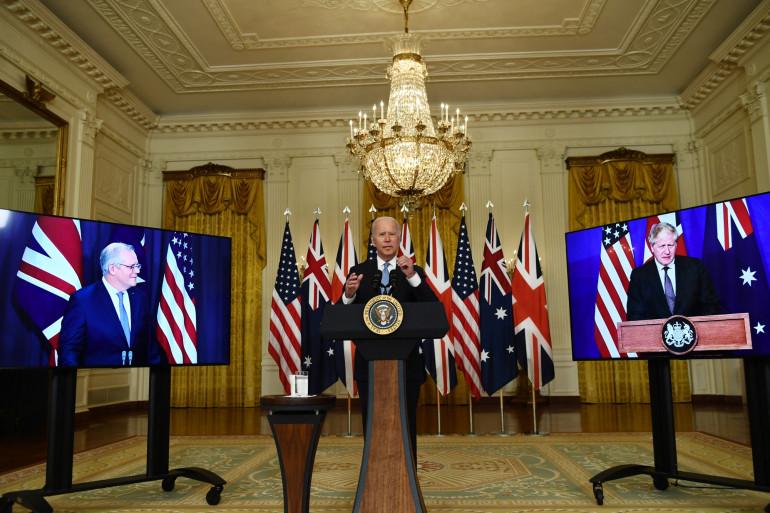 Le président américain Joe Bidenavec le Premier ministre britannique Boris Johnson (à droite) et le Premier ministre australien Scott Morrison à Washington le 15 septembre 2021.