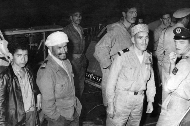 Des harkis qui arrivent d'Algérie à Marseille, le 12 juin 1962.