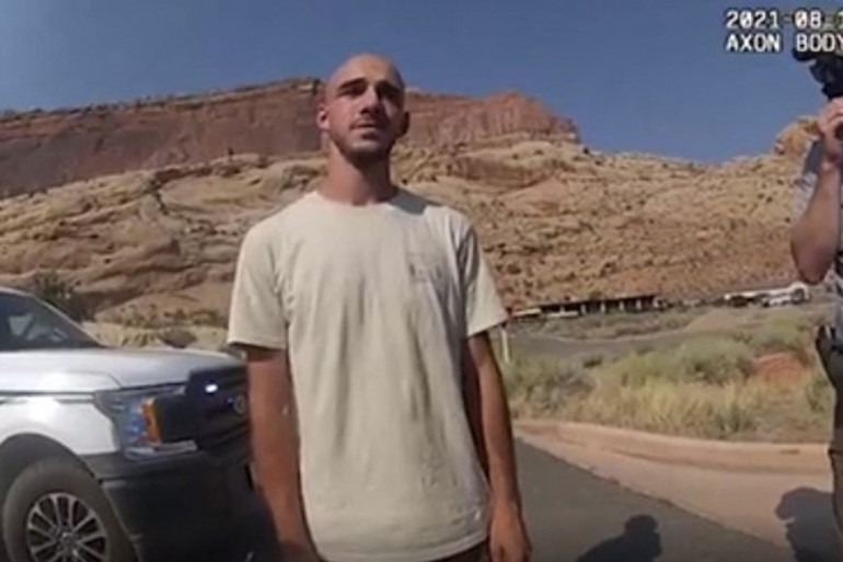 Brian Laundrie, en train de parler avec la police après une altercation avec sa petite amie Gabrielle Petito, le 12 août 2021 dans l'Utah.