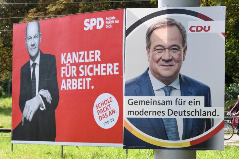 Affiches de campagne du vice-chancelier Olaf Scholz (à gauche), candidat du Parti social-démocrate (SPD) et d'Armin Laschet, candidat l'Union chrétienne-démocrate conservatrice (CDU).