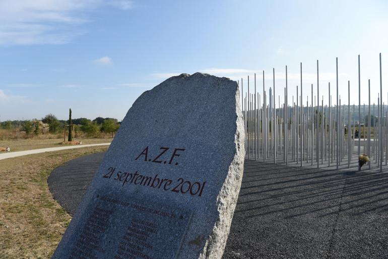 Une pierre tombale portant les noms des victimes de l'explosion industrielle de l'usine chimique AZF à Toulouse, dans le sud-ouest de la France.
