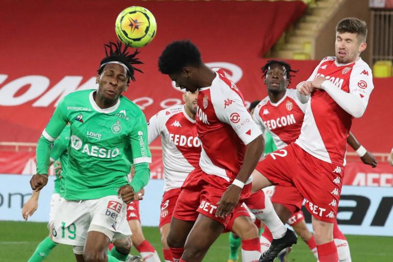 Le Stéphanois Yann Neyou au duel avec le Monégasque Aurélien Tchouaméni le 23 décembre 2020 au stade Louis-II