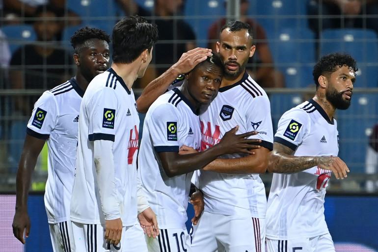L'attaquant de Bordeaux Samuel Kalu félicité par ses coéquipiers au stade de la Mosson à Montpellier, le 22 septembre 2021.