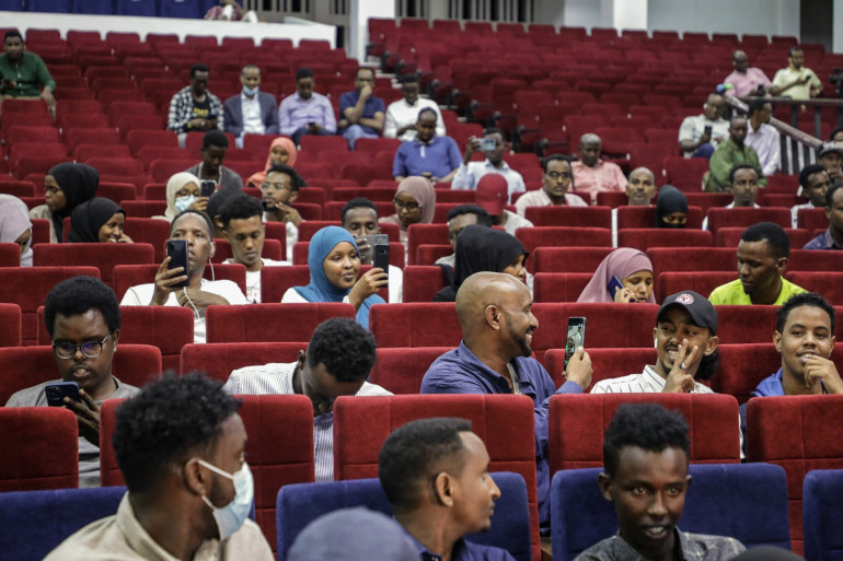 Les somaliens contents et impatient que la séance débute