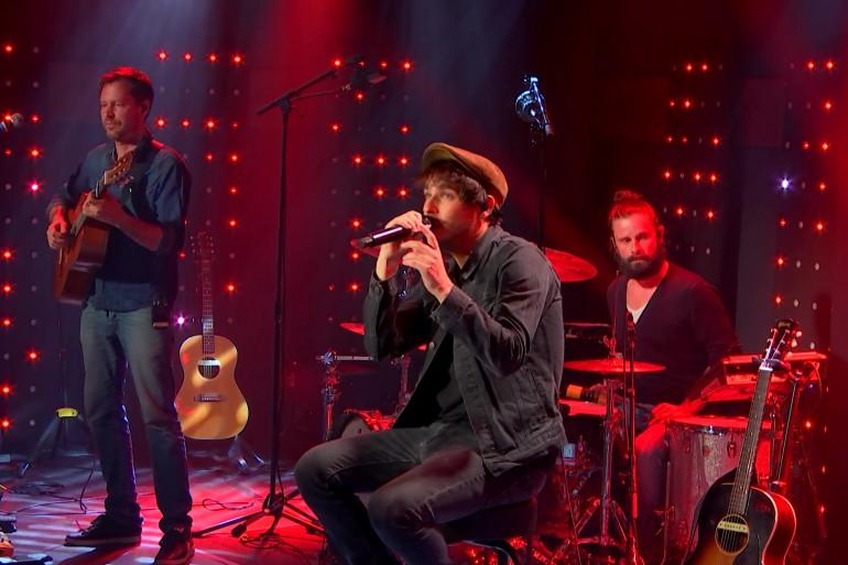 """Gauvain Sers interprète """"Les toits de Paris"""" dans """"Le Grand Studio RTL"""""""