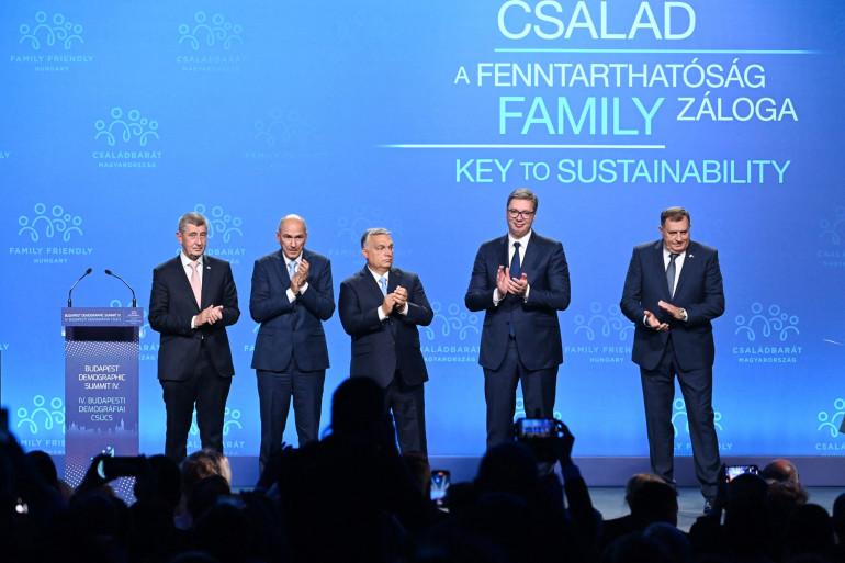 Les premiers ministres tchèque, slovène, hongrois, le président serbe et le président de Bosnie-Herzégovine lors d'un congrès sur la famille à Budapest, le 23 septembre 2021.