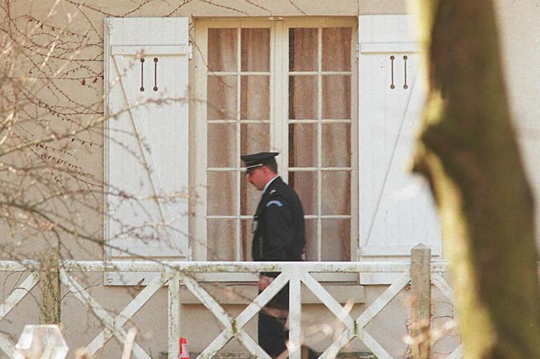 Le 27 février 1995, un policier passant devant une fenêtre de la maison, située à Louveciennes, où un adolescent de16 ans avait reconnu être l'auteur du meurtre de quatre membres de sa famille et d'un couple d'amis, tous d'origine russe.