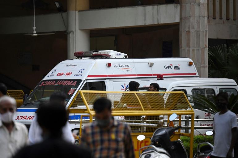 Une ambulance sort du tribunal à New Delhi, où un gangster a été abattu le 24 septembre 2021
