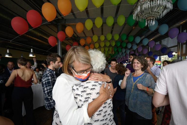 Deux femmes s'embrassent lors d'un événement à la suite d'un référendum national sur le mariage homosexuel, à Berne (Suisse), le 26 septembre 2021. Les électeurs ont approuvé le projet du gouvernement de légaliser le mariage homosexuel.