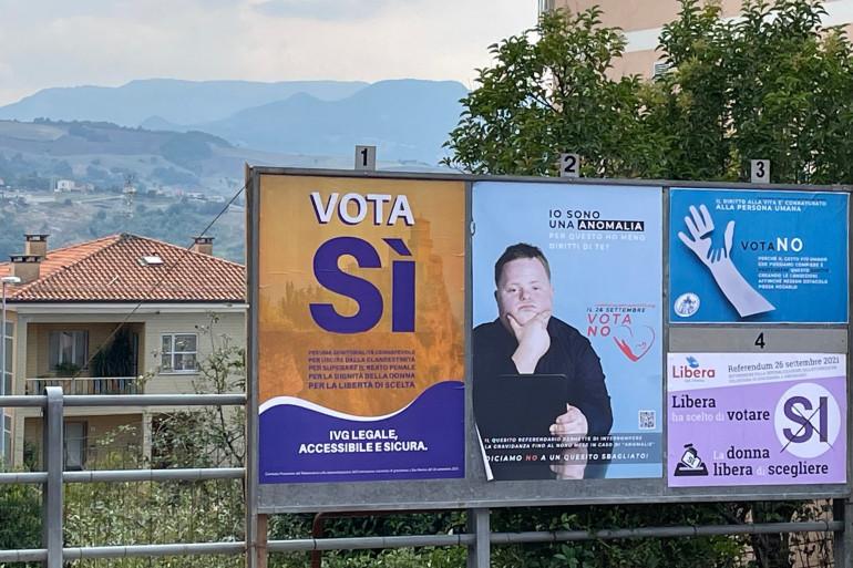 Des affiches incitant à aller voter pour ou contre l'IVG, à Saint-Marin