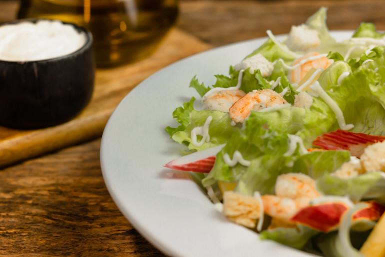 Une belle salade de crevettes (image d'illustration)