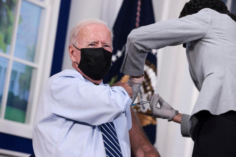 Le président américain Joe Biden, recevant sa troisième dose de vaccin contre la Covid-19, le 27 septembre 2021