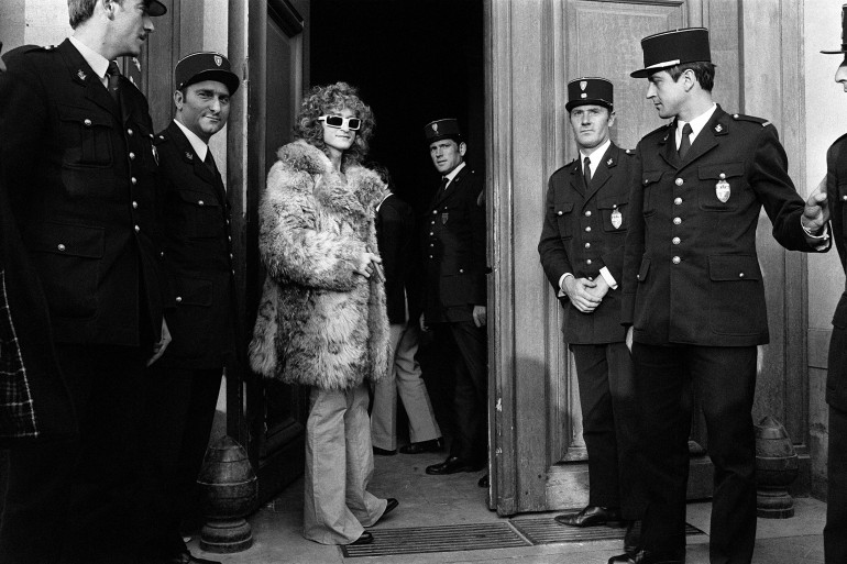 Michel Polnareff devant le 36 quai des Orfèves à Paris, le 13 octobre 1972, pour être entendu par la Police Judiciaire au sujet de l'affiche de son spectacle à l'Olympia en 1972
