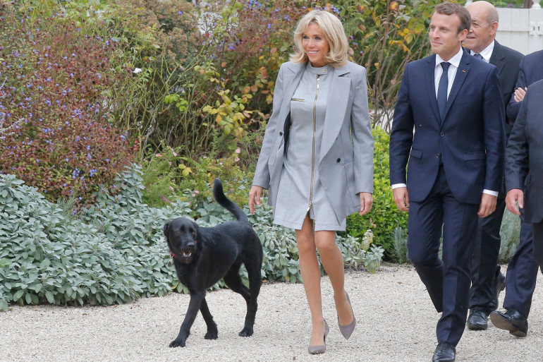 Brigitte et Emmanuel Macron aux côtés de leur chien, Nemo