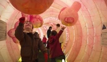 Des enfants jouent avec des polypes, le 03 avril 2010 à Lyon, dans une maquette géante d'intestin installée sur une place du centre ville