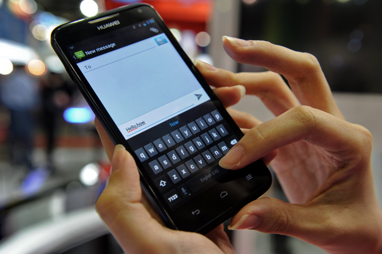 Photo d'illustration d'une femme en train d'envoyer un SMS à Singapour le 21 juin 2012.