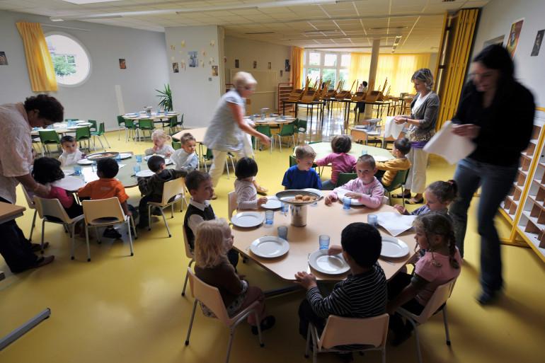 Photo d'illustration d'élèves de maternelle à la cantine à l'école des Cinq continents à Caen.