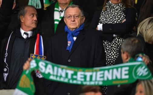 Bernard Lacombe et Jean-Michel Aulas dans les tribunes du stade Geoffroy-Guichard lors du derby remporté par Lyon dans le cadre la 13e journée de Ligue 1.