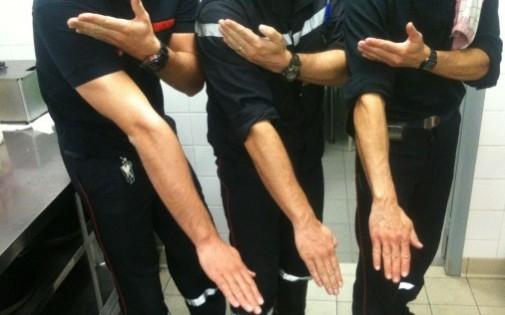 """Cette photo de """"quenelle"""" de trois pompiers a déclenché une enquête administrative."""