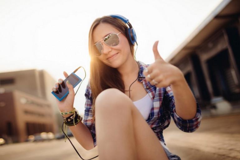 54% des jeunes écoutent la musique à un niveau plutôt fort ou très fort