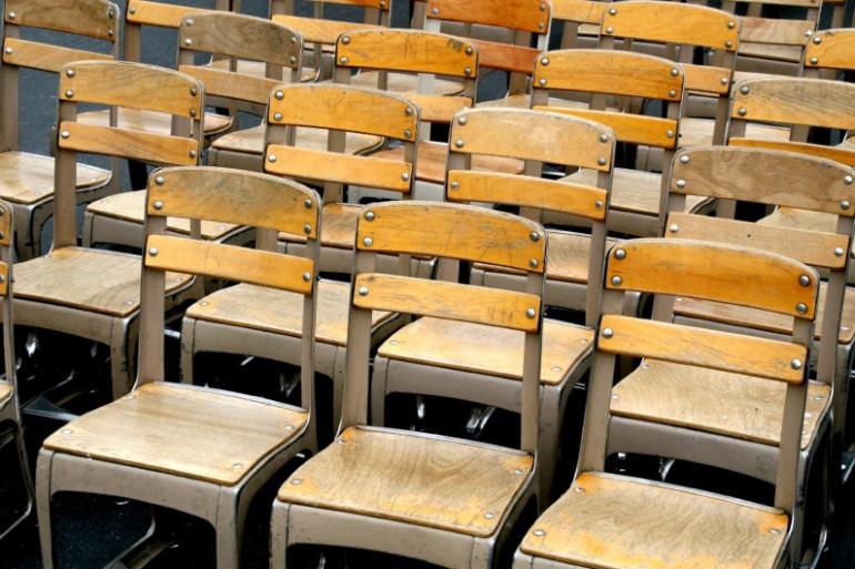 Les bancs d'une école