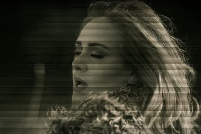 La tête penchée, les yeux fermés... une posture classique pour Adele