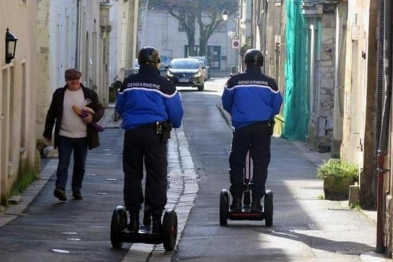 Patrouille de gendarmes sur gyropodes à Chinon (photo NR)