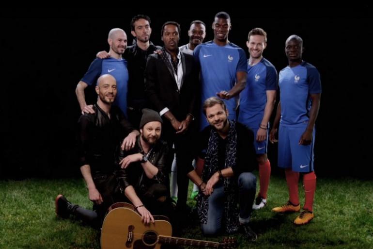 Skip the Use aux côtés des joueurs de l'équipe de France de football.