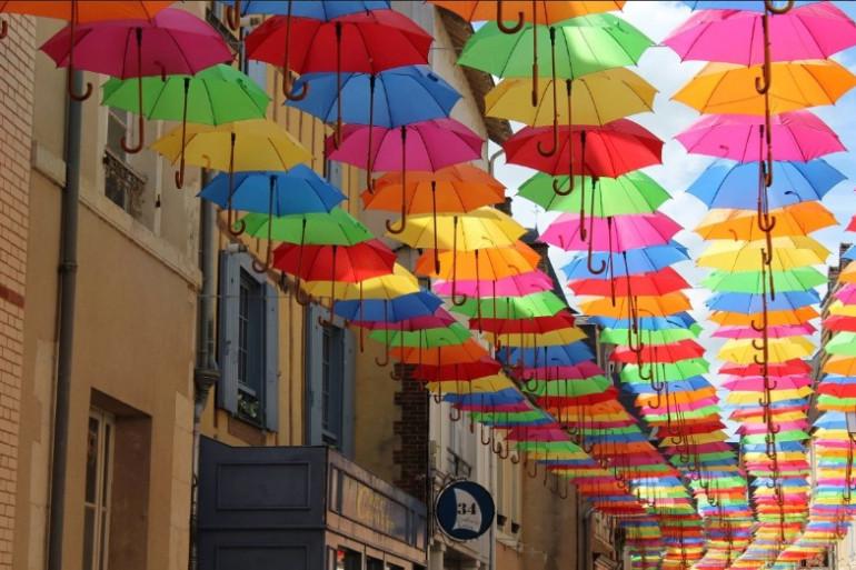 """La rue d'huisne, axe piétonnier du centre-ville, renomée """"Rue des Couleurs"""" pour l'été"""