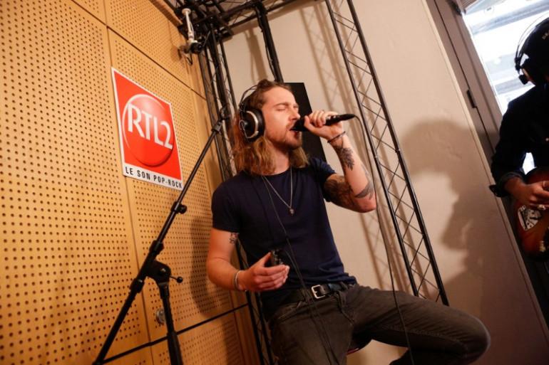 """Julien Doré interprète en direct son single """"Le Lac"""" sur RTL2"""
