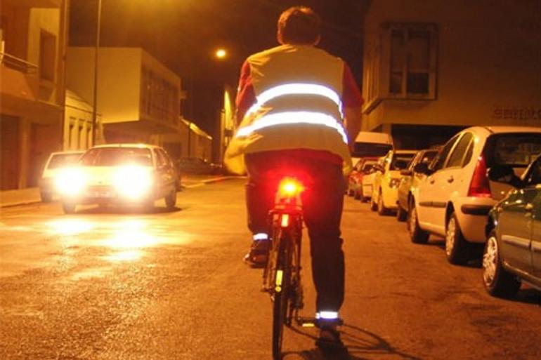 Vélo éclairé la nuit