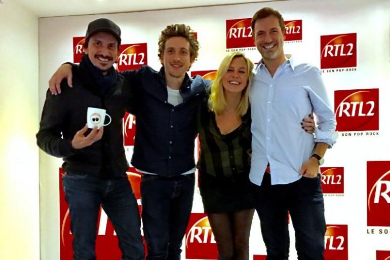 Baptiste Lecaplain en compagnie de l'équipe du Double Expresso RTL2