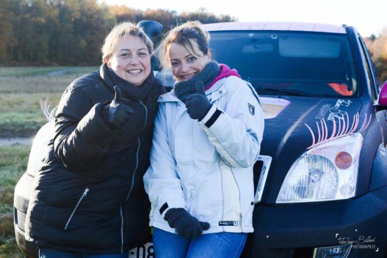 Les deux amies sarthoises Linda (à gauche) et Stéphanie (à droite)  préparent le Rallye Aïcha des Gazelles 2017