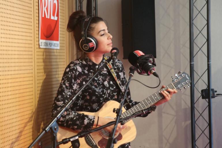Léa Paci en session acoustique dans les studios de RTL2